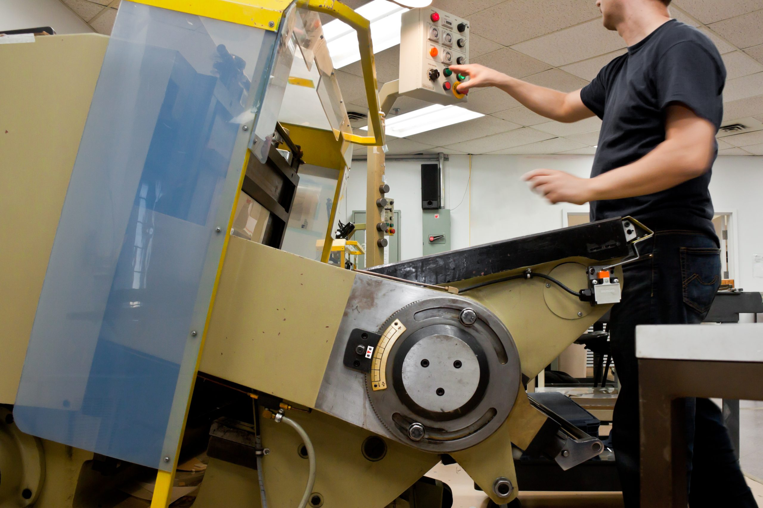 Die cut: machine and operator in a industrial environment
